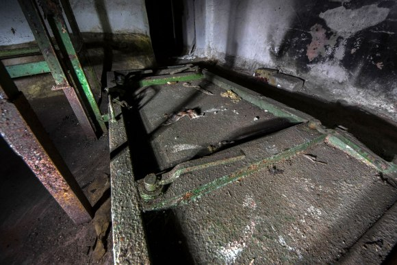Slėptuvė Pušų gatvėje - išverstos hermetinės durys