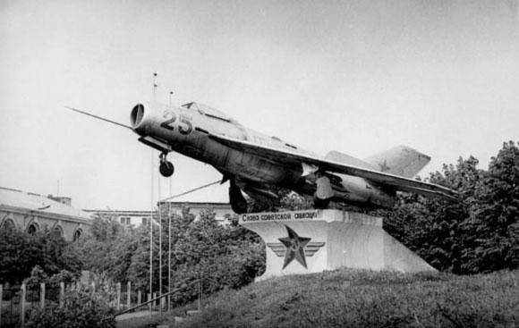 Mig-19 ant pjedestalo, 1981 metai