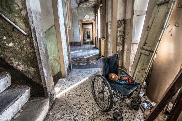 Apleista ligoninė - vežimėlis