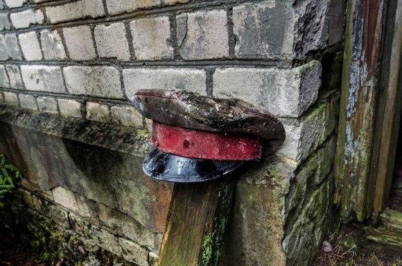 Kepurė su raudona juosta