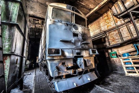 Ruošiamas dažyti lokomotyvas