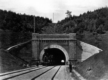 Tuneliu važiuoja traukiniai (1879m.)