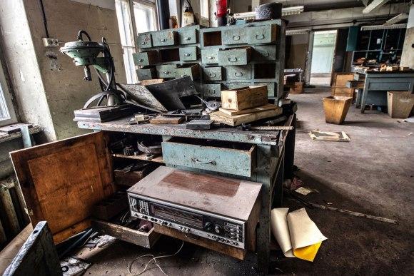 Darbuotojo stalas ir radiola