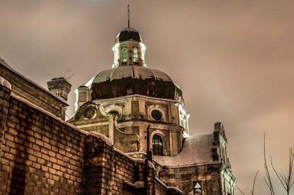 Bažnyčios kupolas ir kalėjimo siena