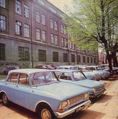 Automobiliai prie pagrindinio korpuso