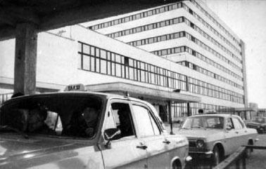 Automobiliai prie taksi parko, M.Kuraitis